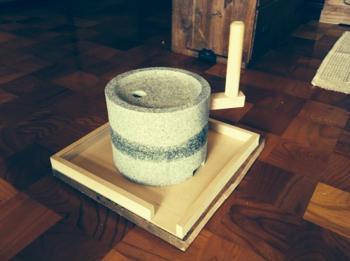 カレー粉を挽く石臼グルグル